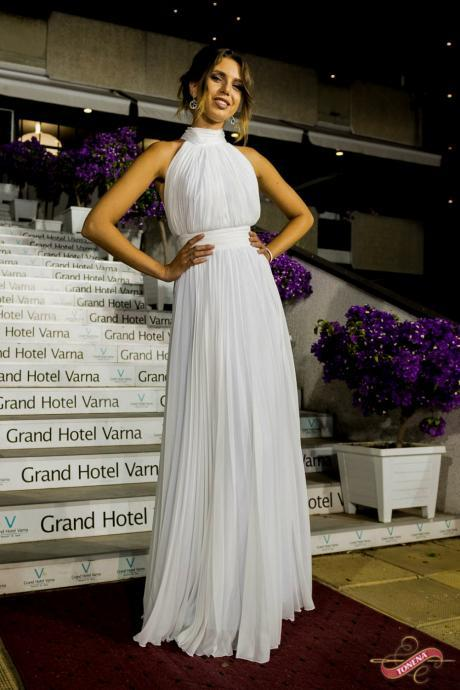 White Chiffon Pleated China Wedding Dresses ,Off Shoulder Boho Wedding Gowns ,Custom Made Bridal Dress, 2019 Sexy High Neck Wedding Gowns .